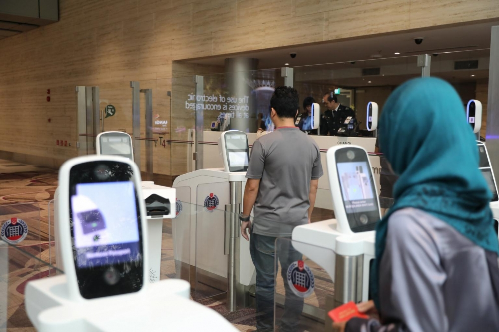 Singaporeans Try Contactless Immigration with Iris and Face Scanning at Changi Airport, Here's What Happens