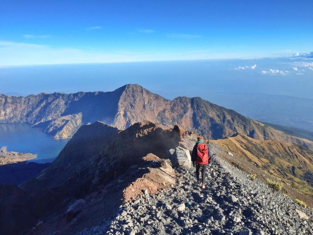 Singaporean Beats Rare Disease to Propose to Girlfriend on Top of Mount Rinjani